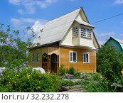 Купить «Деревянный дом на дачном участке в шесть соток в Подмосковье», эксклюзивное фото № 32232278, снято 22 июня 2015 г. (c) lana1501 / Фотобанк Лори