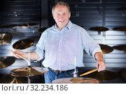 Купить «Musician playing on drum kit», фото № 32234186, снято 18 сентября 2017 г. (c) Яков Филимонов / Фотобанк Лори