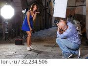 Купить «woman posing for professional photographer», фото № 32234506, снято 5 октября 2018 г. (c) Яков Филимонов / Фотобанк Лори