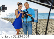 photographer showing photos to model girl during shooting. Стоковое фото, фотограф Яков Филимонов / Фотобанк Лори
