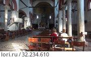 Купить «Интерьер средневековой церкви Санта-Мария-э-Донато на острове Мурано. Венеция, Италия», видеоролик № 32234610, снято 27 сентября 2017 г. (c) Виктор Карасев / Фотобанк Лори