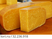 Купить «Close up cut slices and wheel of hard gouda cheese», фото № 32236918, снято 27 мая 2017 г. (c) Anton Eine / Фотобанк Лори