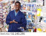 Купить «salesman of household store offering goods», фото № 32240286, снято 21 января 2019 г. (c) Яков Филимонов / Фотобанк Лори