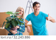 Young family moving in to new apartment. Стоковое фото, фотограф Elnur / Фотобанк Лори