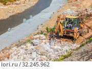Machine for crushing stone. Construction works to protect the riverbank from erosion. Small Inzer River. Southern Urals. Republic of Bashkortostan. Стоковое фото, фотограф Акиньшин Владимир / Фотобанк Лори