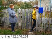 Купить «A lively conversation between two neighbors.», фото № 32246254, снято 22 октября 2016 г. (c) Акиньшин Владимир / Фотобанк Лори