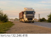 Купить «Russia, Samara, June 2016:Heavy truck on the road», фото № 32246418, снято 24 августа 2016 г. (c) Акиньшин Владимир / Фотобанк Лори