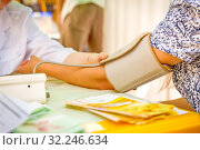 Russia, Samara, 2016: Flower Festival. Samara. The paramedic examines blood pressure at the rest. Стоковое фото, фотограф Акиньшин Владимир / Фотобанк Лори