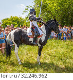 """Купить «Russia, Samara, June 2016: demonstration of the medieval knight of the Crusader on horses for the audience of the festival """"Journey to the Past"""", which takes place under Samara on a sunny day.», фото № 32246962, снято 18 июня 2016 г. (c) Акиньшин Владимир / Фотобанк Лори"""