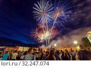 Купить «Russia, Samara, April 2016: Festive salute. Russia Day. 12 June. Square named after Kuibyshev, people watching the fireworks.», фото № 32247074, снято 12 июня 2016 г. (c) Акиньшин Владимир / Фотобанк Лори
