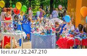 Russia, Samara, May 2016: sale of souvenirs in the park Gagarin Spring sunny warm day. Street trading. Редакционное фото, фотограф Акиньшин Владимир / Фотобанк Лори