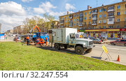 Купить «Russia, Samara, April 22, 2016: on the street old-tanned road repair works are underway, an emergency car is standing and workers are replacing the asphalt on a spring sunny day.», фото № 32247554, снято 22 апреля 2016 г. (c) Акиньшин Владимир / Фотобанк Лори