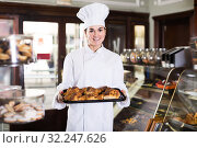 Female baker offering fresh tasty croissants. Стоковое фото, фотограф Яков Филимонов / Фотобанк Лори