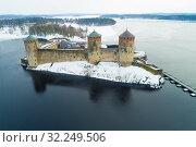 Купить «Вид на средневековую крепость Олавинлинна  на Сайменском озере пасмурным мартовским днем (аэросъемка). Савонлинна, Финляндия», фото № 32249506, снято 16 марта 2019 г. (c) Виктор Карасев / Фотобанк Лори