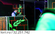 Купить «Men and women in business suits playing laser tag emotionally in dark room», видеоролик № 32251742, снято 5 августа 2020 г. (c) Яков Филимонов / Фотобанк Лори