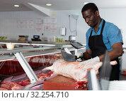 Купить «Butcher cutting lamb carcass», фото № 32254710, снято 20 апреля 2018 г. (c) Яков Филимонов / Фотобанк Лори