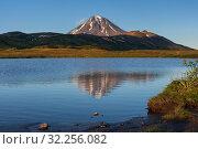 Купить «Отражение вулкана в горном озере, красивый осенний пейзаж», фото № 32256082, снято 12 сентября 2018 г. (c) А. А. Пирагис / Фотобанк Лори