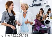 Купить «Smiling woman with stylist», фото № 32256158, снято 26 июня 2018 г. (c) Яков Филимонов / Фотобанк Лори