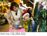 Купить «Family shopping on Christmas fair», фото № 32256322, снято 10 декабря 2018 г. (c) Яков Филимонов / Фотобанк Лори