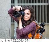 girl photographer with camera in hands. Стоковое фото, фотограф Яков Филимонов / Фотобанк Лори