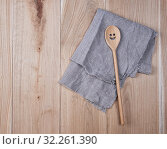 Купить «Folded gray towel and spoon on brown wooden background, top view.», фото № 32261390, снято 11 февраля 2019 г. (c) easy Fotostock / Фотобанк Лори