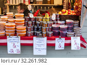 Купить «Cranberry, cowberry, cloudberry and honey are on sale on stalls. Traditional Christmas market with berries and honey and other seasonal food is in center of Helsinki city, Finland», фото № 32261982, снято 29 декабря 2018 г. (c) Кекяляйнен Андрей / Фотобанк Лори