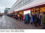 Купить «Long line from people is next to Amos Rex exhibition center at Christmas eve. Helsinki, Finland», фото № 32262002, снято 29 декабря 2018 г. (c) Кекяляйнен Андрей / Фотобанк Лори