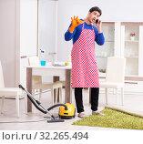 Купить «Contractor man cleaning house doing chores», фото № 32265494, снято 13 марта 2018 г. (c) Elnur / Фотобанк Лори