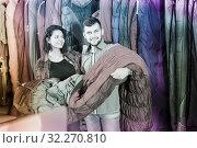 Купить «Couple is buying a sleeping bag», фото № 32270810, снято 8 марта 2017 г. (c) Яков Филимонов / Фотобанк Лори