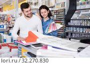 Купить «Couple examining various decorative materials», фото № 32270830, снято 9 марта 2017 г. (c) Яков Филимонов / Фотобанк Лори