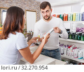Купить «Young male specialist advise woman client in cosmetics studio», фото № 32270954, снято 25 апреля 2018 г. (c) Яков Филимонов / Фотобанк Лори