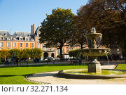 Place des Vosges with fountain, Paris (2018 год). Редакционное фото, фотограф Яков Филимонов / Фотобанк Лори