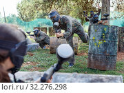 Купить «Team of adult people playing paintball on battlefield outdoor, running with guns», фото № 32276298, снято 22 сентября 2018 г. (c) Яков Филимонов / Фотобанк Лори