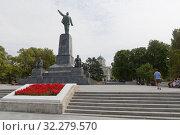 Купить «Памятник Ленину на вершине Центрального холма в городе Севастополе, Крым», фото № 32279570, снято 24 июля 2019 г. (c) Николай Мухорин / Фотобанк Лори