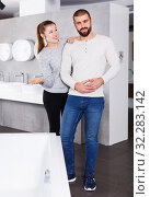 Купить «couple choosing ceramic bath», фото № 32283142, снято 2 февраля 2018 г. (c) Яков Филимонов / Фотобанк Лори