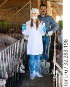 Купить «Smiling male farmer and woman veterinarian», фото № 32283198, снято 14 июля 2020 г. (c) Яков Филимонов / Фотобанк Лори