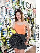 Woman keeping professional racket and balls. Стоковое фото, фотограф Яков Филимонов / Фотобанк Лори