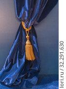 Фрагмент синих бархатных штор, подхваченный золотым шнуром с роскошной кистью. Стоковое фото, фотограф Светлана Васильева / Фотобанк Лори