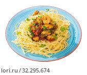 Купить «Tasty warm pasta with shrimp and mussels, served with greens», фото № 32295674, снято 21 ноября 2019 г. (c) Яков Филимонов / Фотобанк Лори