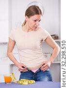 Woman trying to zip up jeans. Стоковое фото, фотограф Яков Филимонов / Фотобанк Лори