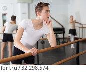 Young dancer oversees professional ballerina. Стоковое фото, фотограф Яков Филимонов / Фотобанк Лори