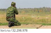 Купить «Солдат со снайперской винтовкой», видеоролик № 32298978, снято 17 октября 2019 г. (c) Игорь Долгов / Фотобанк Лори