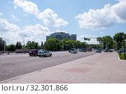Купить «Russia, Blagoveshchensk, July 2019: Roadway in the city center in Blagoveshchensk in summer», фото № 32301866, снято 3 июля 2019 г. (c) Катерина Белякина / Фотобанк Лори