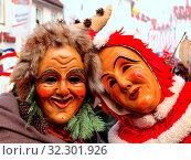 Swabian-Alemannic Carnival, fool masks from Weingarten (Württ.), Waldweible und Plätzler, Schwäbisch-alemannische Fasnet, Narrenfiguren aus Weingarten: Waldwaible und Plätzler. Стоковое фото, фотограф Zoonar.com/Tarabalu / age Fotostock / Фотобанк Лори