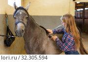 Купить «Girl using electric trimmer for shearing horse», фото № 32305594, снято 2 октября 2018 г. (c) Яков Филимонов / Фотобанк Лори