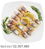 Купить «Fillet herring with rosemary, onion and lemon», фото № 32307486, снято 31 мая 2020 г. (c) Яков Филимонов / Фотобанк Лори