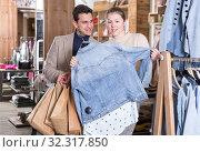 Купить «Couple is choosing jeans blouse for her», фото № 32317850, снято 12 марта 2018 г. (c) Яков Филимонов / Фотобанк Лори