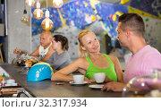 Купить «Couple drinking coffee at bouldering gym», фото № 32317934, снято 9 июля 2018 г. (c) Яков Филимонов / Фотобанк Лори