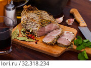 Boiled pork on chopping board with mixed peppercorns, bay leaf, cinnamon. Стоковое фото, фотограф Яков Филимонов / Фотобанк Лори