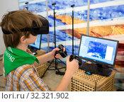 Подросток в очках виртуальной реальности играет в компьютерную игру (2019 год). Редакционное фото, фотограф Вячеслав Палес / Фотобанк Лори